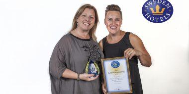 Anna Bradford och Matilda Carlsson tog stolt emot priset som Årets Konferensanläggning. Tylebäck ligger i Tylösand.