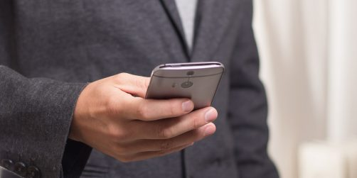 hotellaktören kliver in i mobilen