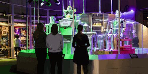 besökare i utställningen robots från science museum. foto plastiques photography