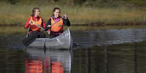 Två personer i en kanot