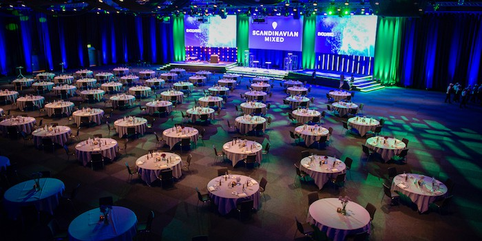 Event 8 Hybrid Event Arena förvandlades till en festlig middagslokal för golftävlingen Scandinavian Mixed